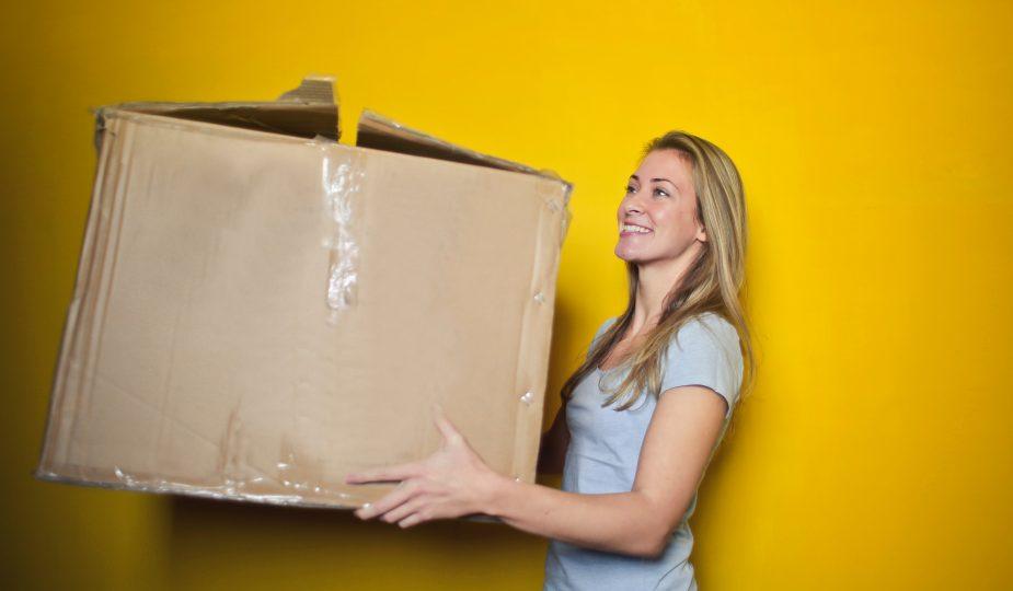 jeune femme réutilisant un vieux carton
